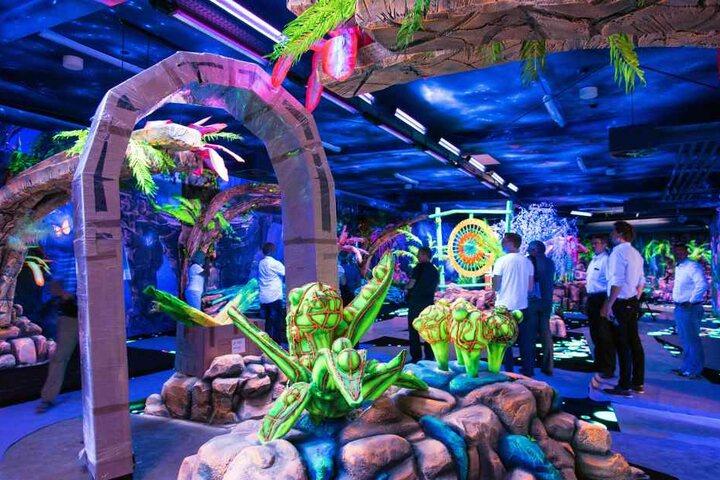 Im Schneeberger Indoorspielpark kommen auch Minigolf-Spieler auf ihre Kosten. Gespielt wird im 3D-Schwarzlicht.