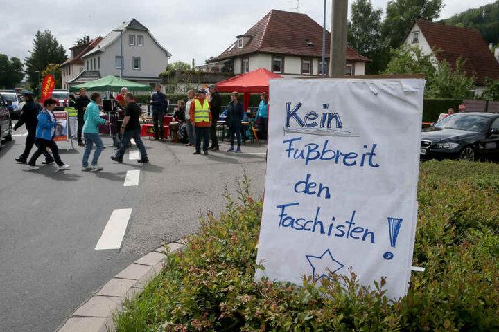 Anhänger linker Gruppierungen demonstrieren in Themar gegen ein Neonazi Konzert in der Südthüringer Kleinstadt.