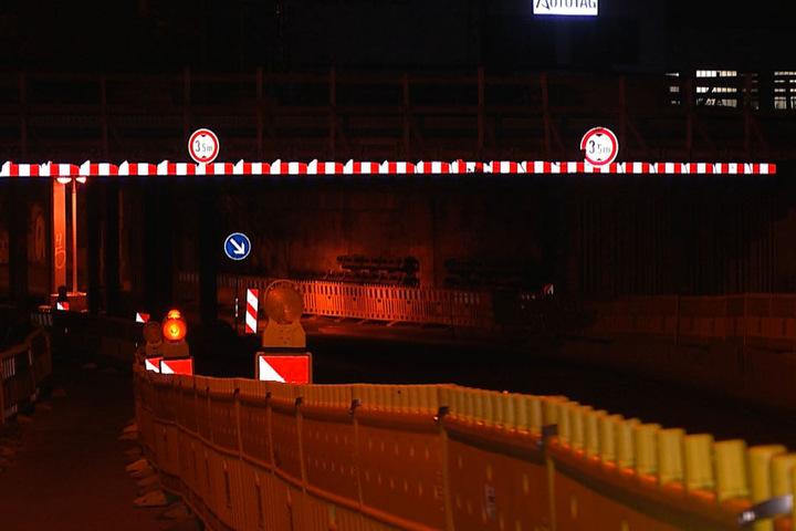 Hinweisschilder zeigen die maximale Durchfahrtshöhe von 3,50 Meter an. Der Lkw soll aber 3,85 Meter hoch gewesen sein.