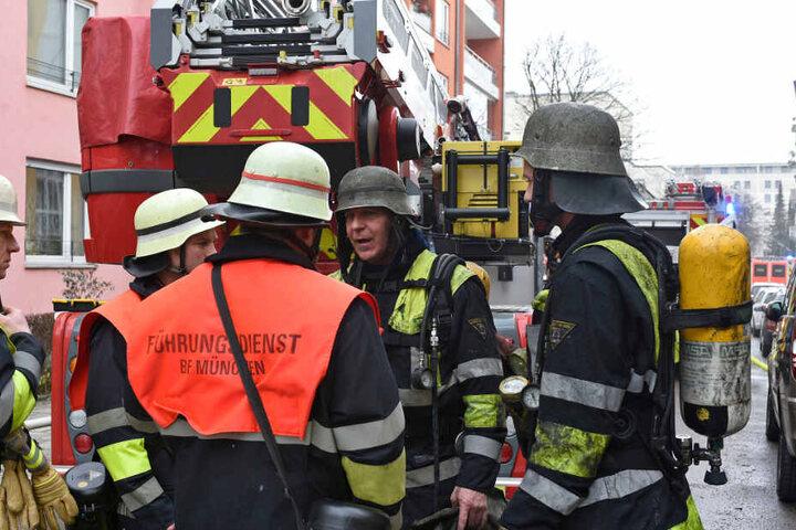 Rettungskräfte der Feuerwehr beim Einsatz.