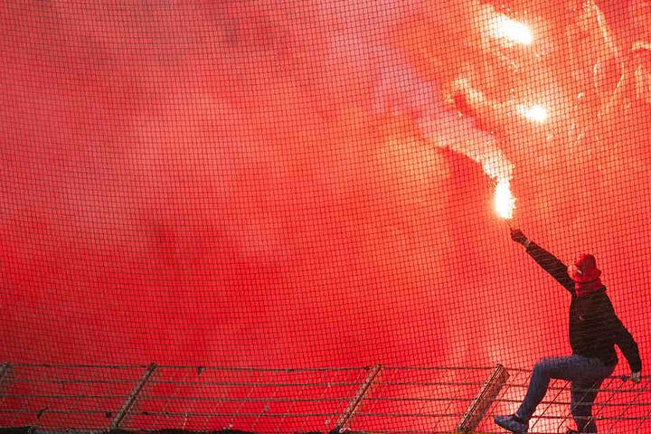 """Arminia Bielefeld wurde wegen """"unsportlichem Verhalten"""" der Anhänger, die Pyrotechnik zündeten, zu einer hohen Geldstrafe verurteilt. (Symbolbild)"""