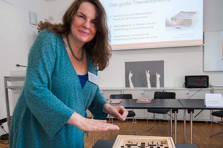 Professorin Ellen Fricke von der TU Chemnitz lockte rund 15.000 Besucher in die Gesten-Ausstellung ins Industriemuseum.