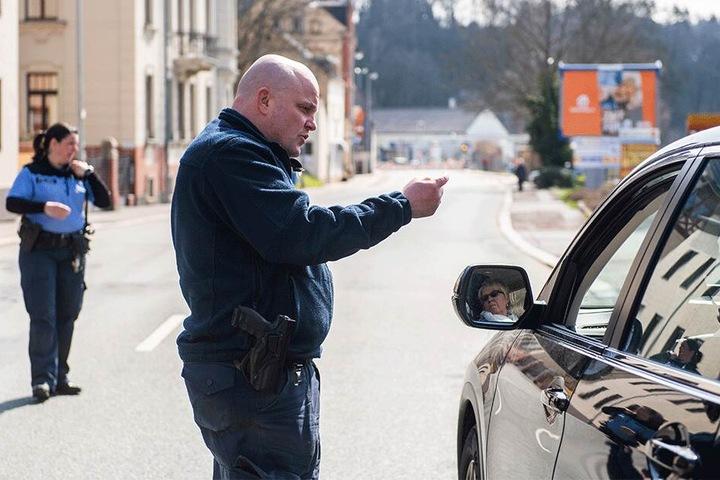 Hier kommt bis Ende August keiner mehr durch: Polizisten erklärten den Autofahrern die Vollsperrung in Harthau.