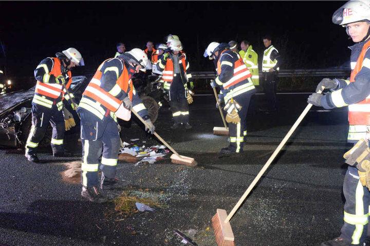 Die Einsatzkräfte reinigten die Fahrbahn.