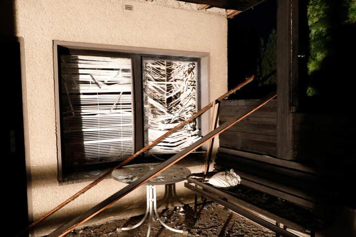 Die Druckwelle hob auch das Dach an und zerstörte die Fenster der Gartenlaube.