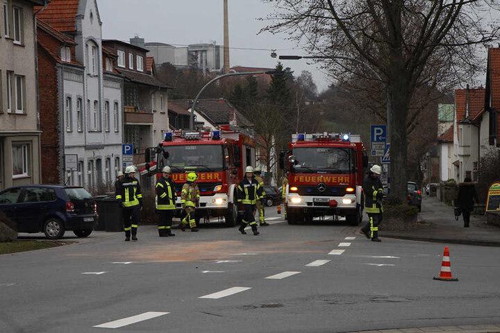 Um die ausgelaufenen Betriebsstoffe zu entfernen, musste die Kesseler Straße komplett gesperrt werden.