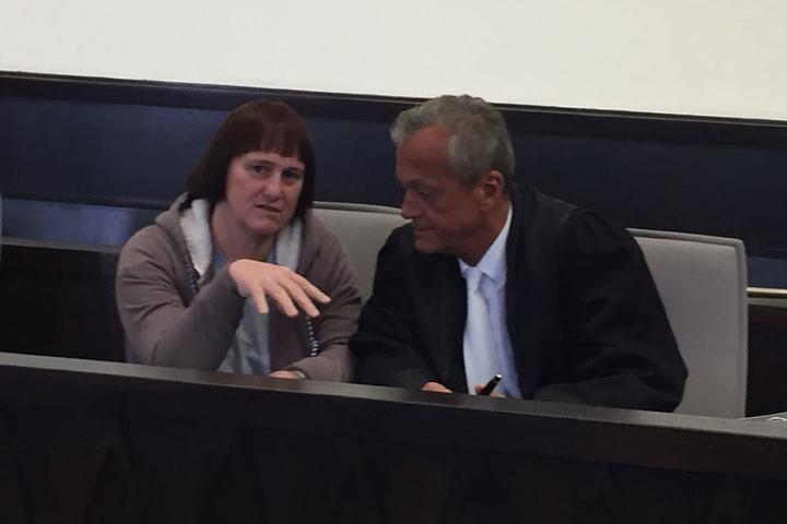 Angelika W. sitzt neben ihrem Verteidiger Peter Wüller.