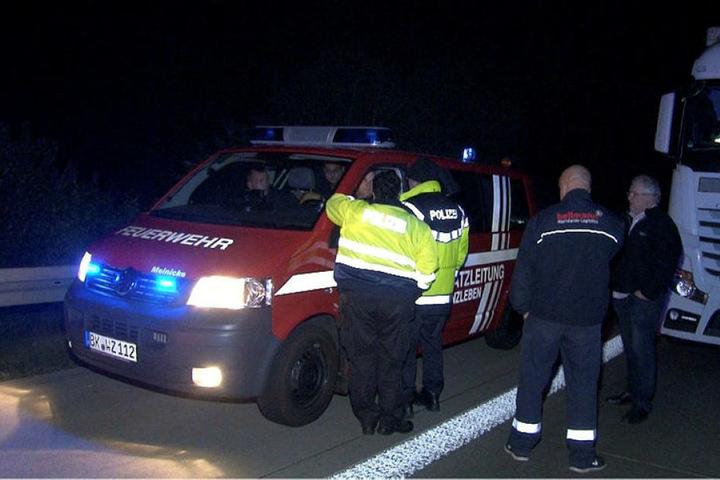 Mitarbeiter der Feuerwehr und der Polizei sperren die Autobahn 2 ab.