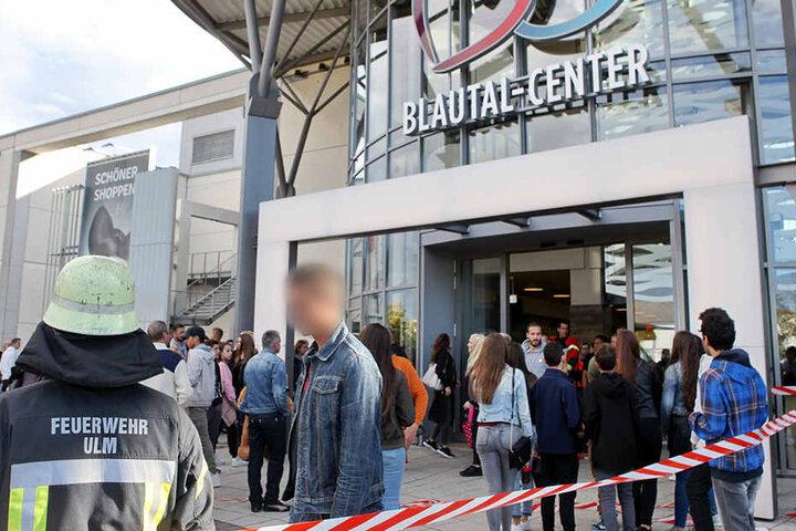 Teenies warteten auf ihr großes Pop-Idol in einem Ulmer Einkaufszentrum.