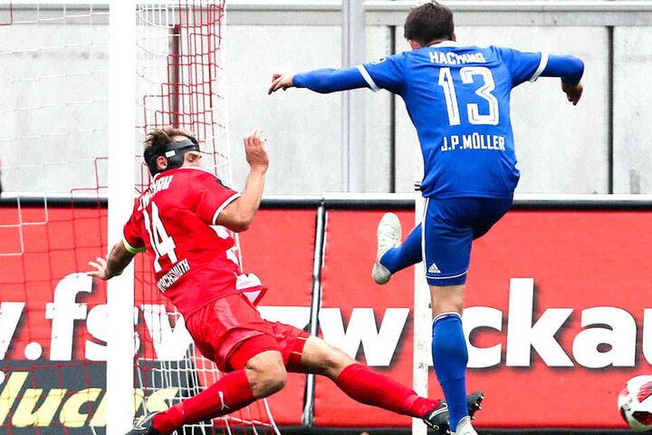 Toni Wachsmuth (r., gegen Unterhachings Jim-Patrick Müller), will auch in der kommenden Saison für den FSV Zwickau kicken - und das in der 3. Liga.