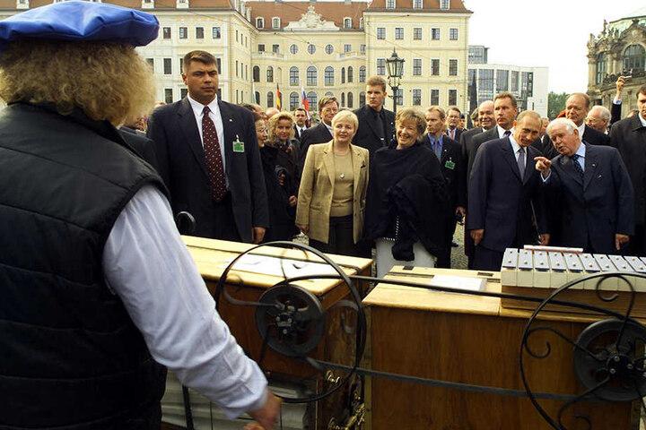Im September 2001 besuchte Russlands Präsident Putin die Stadt Dresden. Kurt Biedenkopf führte den Russen bei Schalk vorbei.