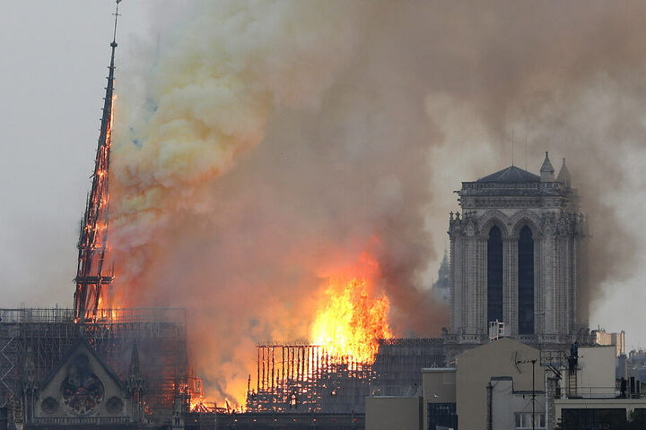 Flammen und schwarzer Rauch dringen aus der Kathedrale.