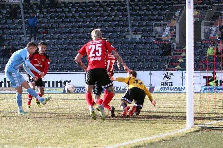 Riesenmöglichkeit für Daniel Frahn (l.) im Spiel bei der SG Sonnenhof Großaspach, doch der Chemnitzer versemmelt die Chance.