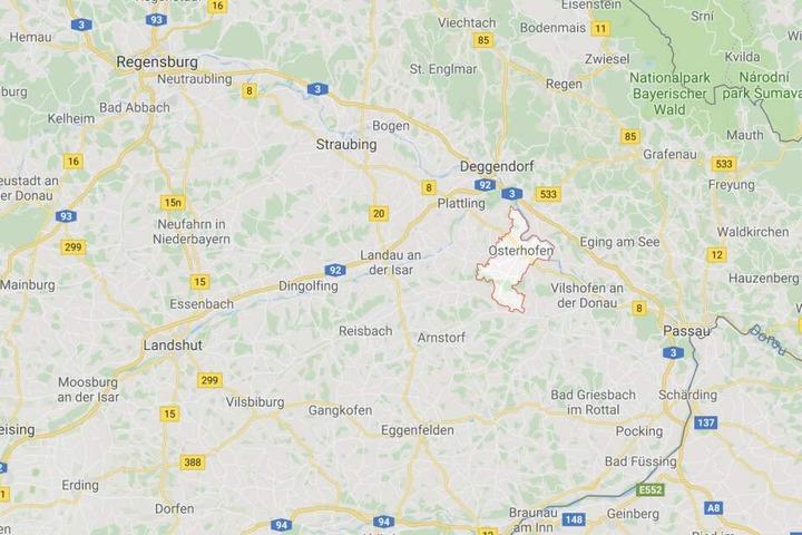 An einem Bahnhof in Osterhofen-Altenmarkt in Bayern ist es zu einem schrecklichen Unglück gekommen.