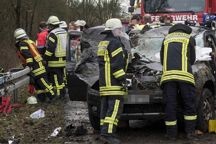 Über 30 Einsatzkräfte von Feuerwehr und Rettungsdienst waren vor Ort.