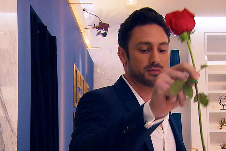 Bachelor Daniel vergibt die erste Rose.