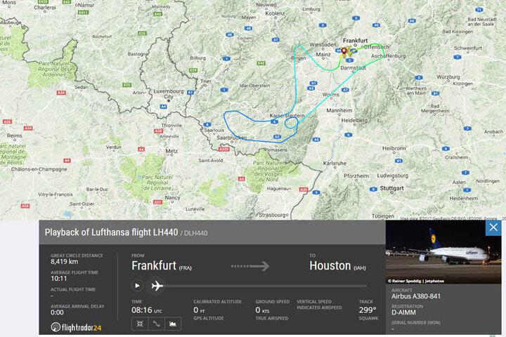 Bei Flightradar24 sieht man, wie die Maschine eine Schleife fliegen musste.