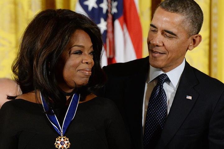 """Der damalige US-Präsident Barack Obama verlieh Oprah Winfrey 2013 im Weißen Haus die """"Medal of Freedom"""". Sie ist die höchste zivile Auszeichnung in den USA."""