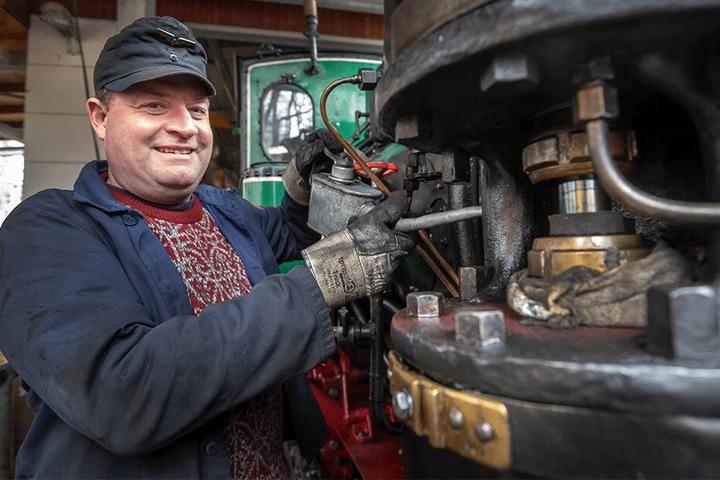 Alles klar für's Frühjahr: Lokführer Thomas Päsler (42) trifft letzte Vorbereitungen und ölt schon einmal die Lok.