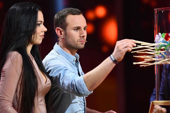 Hier ist eine ruhige Hand gefragt: Chris beim Stäbchen-Ziehen.