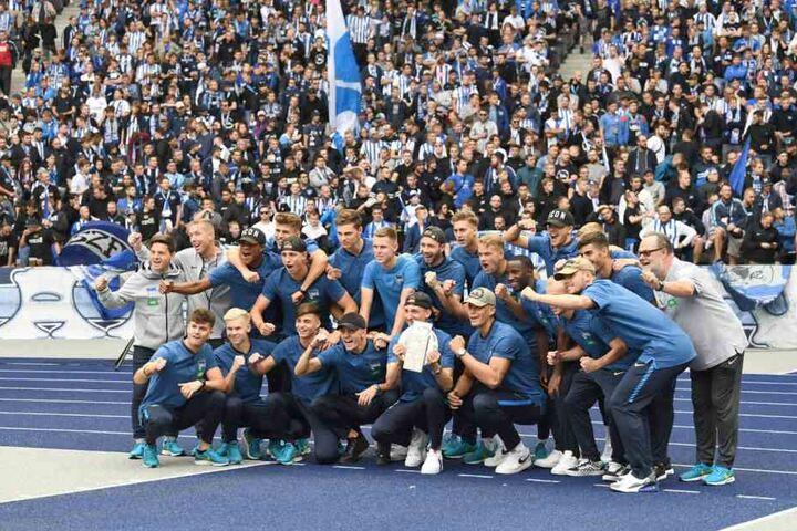 Herthas U19 feierte den deutschen Meistertitel standesgemäß vor der Ostkurve. Mit dabei - Torschützenkönig Muhammed Kiprit.