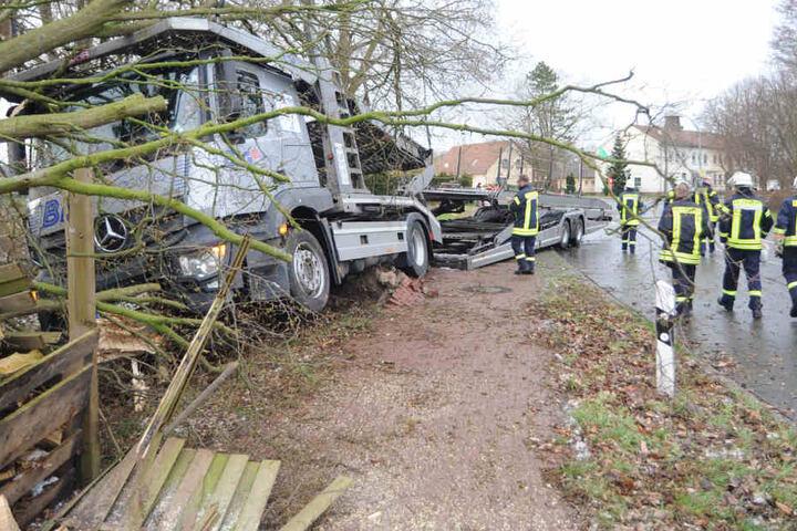 Der unbeladene Truck krachte gegen einen Baum.