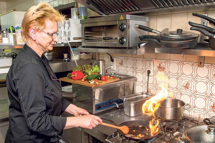 Da ein Koch fehlt, muss die Chefin selbst am Herd arbeiten.