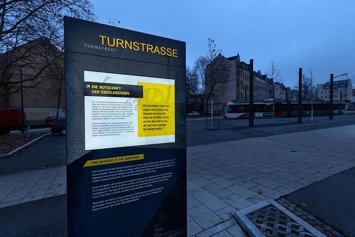 Bislang stehen zwei von geplanten 15 Stelen in Chemnitz - eine auf dem Markt und diese in der Turnstraße.
