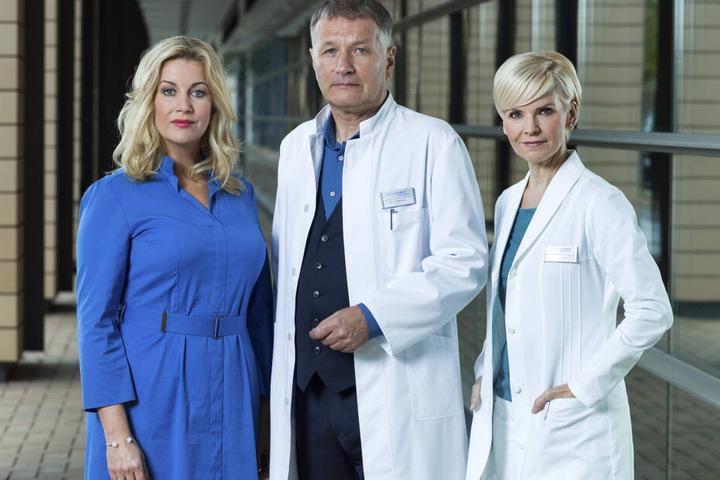 v.l.n.r.: Alexa Maria Surholt (spielt Verwaltungschefin Sarah Marquardt), Thomas Rühmann (Dr. Roland Heilmann) und Andrea Kathrin Loewig (Dr. Kathrin Globisch).