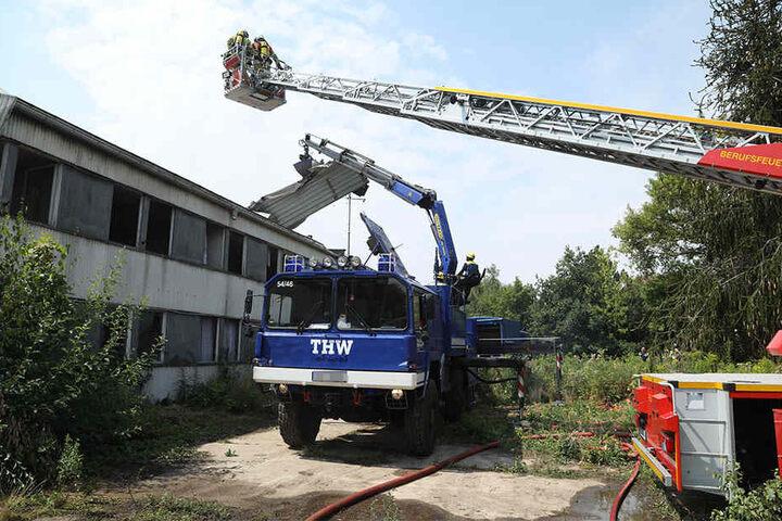 Das Technische Hilfswerk ist mit großem Gerät im Einsatz.