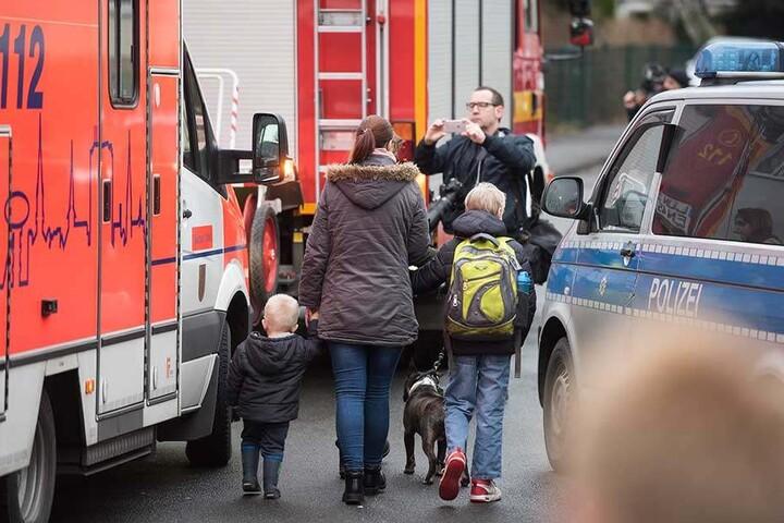 Eltern holten ihre Kinder nach der Bluttat von der Schule ab.