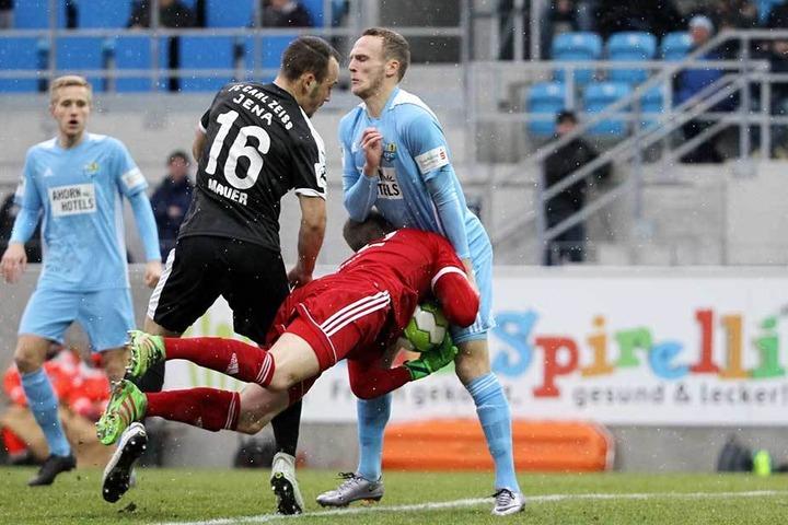 Zusammenprall mit Folgen: Jenas Timo Mauer läuft in Schlussmann Kevin Kunz, der mit Julius Reinhardt zusammenrauscht und sich an der Schulter verletzt.