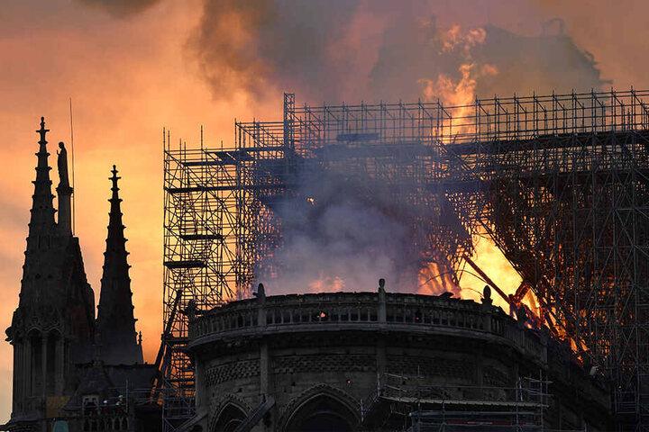 Flammen und Rauch steigen aus der Kathedrale Notre-Dame auf.