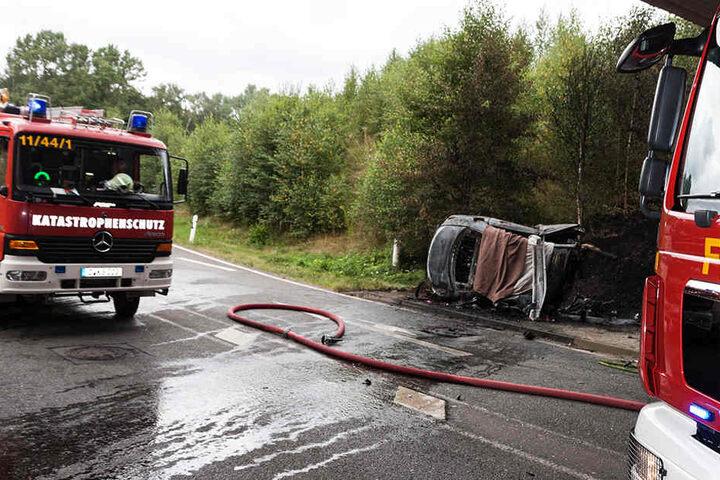 Der Pkw prallte gegen einen Brückenpfeiler und brannte komplett aus.