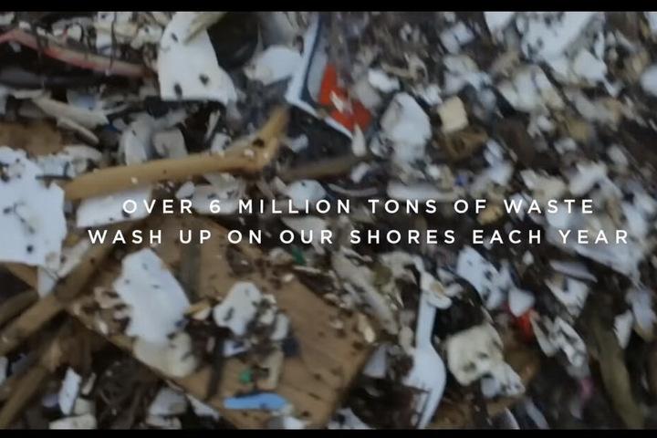 Schockierende Bilder von zugemüllten Meeresabschnitten. PornHub füttert den Trailer mit Zahlen und Fakten.