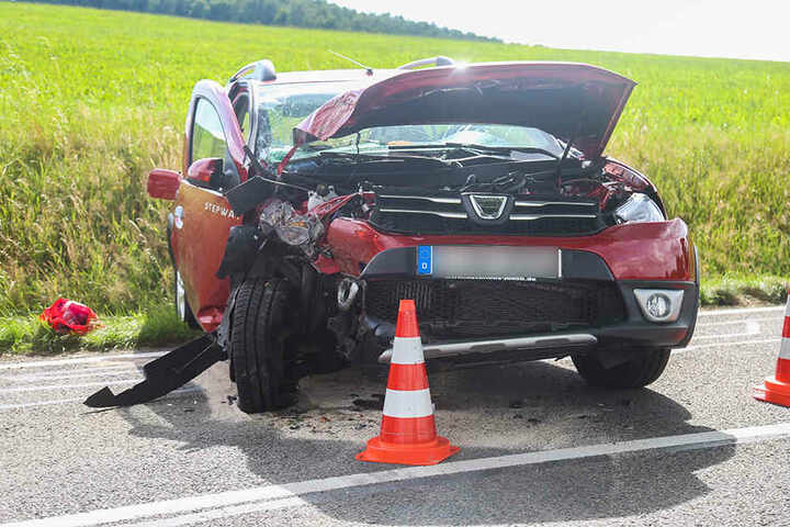 Der Dacia war frontal in einen Baum gekracht.