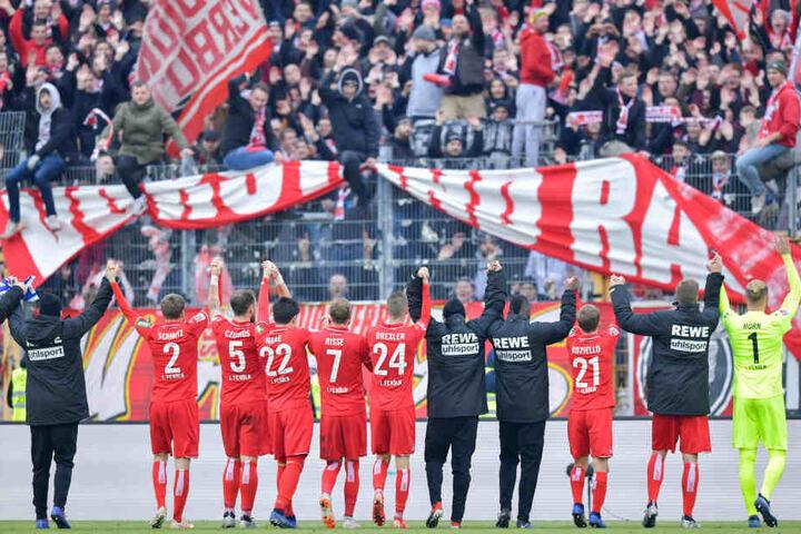 Die Kölner Spieler feierten mit den Anhängern den Auswärtssieg.