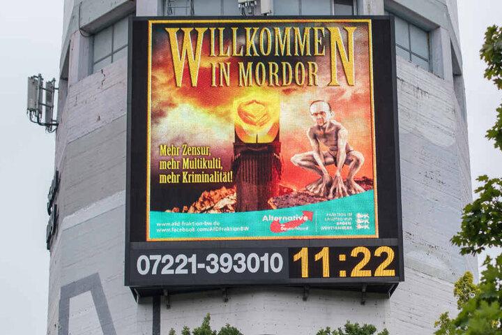 Auf einem Großdisplay ist am Stuttgarter Pragsattel im August 2017 ein Bild aus der Kampagne der AfD zu sehen, in der Merkel (links) und Maas als Sauron und Gollum dargestellt werden.