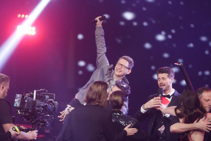 """Samuel Rösch (24) kann es kaum glauben. Mithilfe von Michael Patrick Kelly und den Zuschauern hat er es ganz oben aufs Siegertreppchen von """"The Voice of Germany"""" geschafft."""