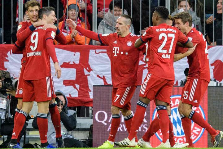 Robert Lewandowski (l.) erzielte bereits nach wenigen Minuten die Bayern-Führung gegen Nürnberg.