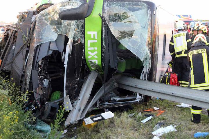 Bei dem tragischen Unglück war eine Frau ums Leben gekommen. Acht Menschen sowie der Busfahrer wurden schwer verletzt.
