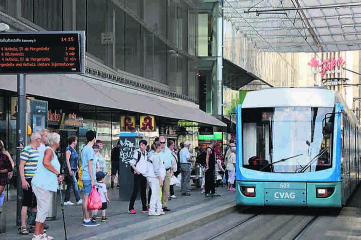 """Viele Menschen, Gedränge am Bus - die Zentralhaltestelle war der  """"Arbeitsplatz"""" des Polen."""