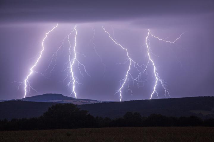 Blitze zuckten am Himmel über Sachsen.