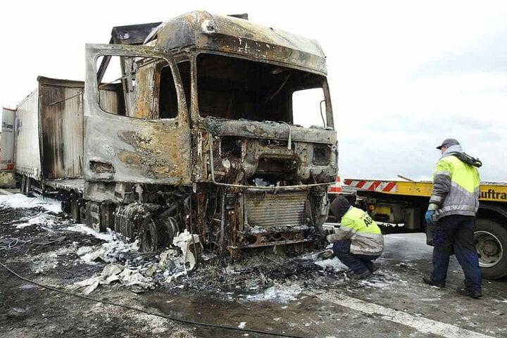 Wahrscheinlich war das Fahrzeug wegen eines technischen Defekts in Brand geraten.