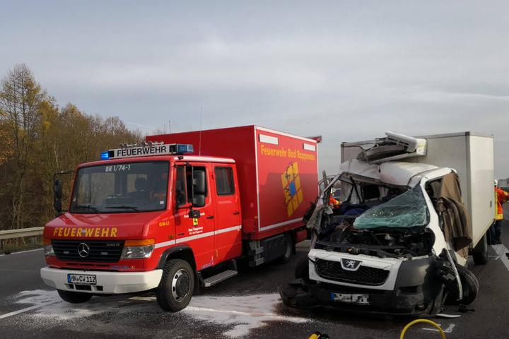 Die Feuerwehr steht neben dem verunfallten Peugeot Transporter auf der Autobahn.