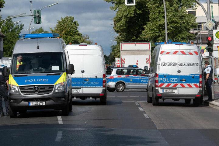 Einsatzfahrzeuge der Polizei stehen in Spandau an der Kreuzung Nauener Straße/Brunsbütteler Damm.