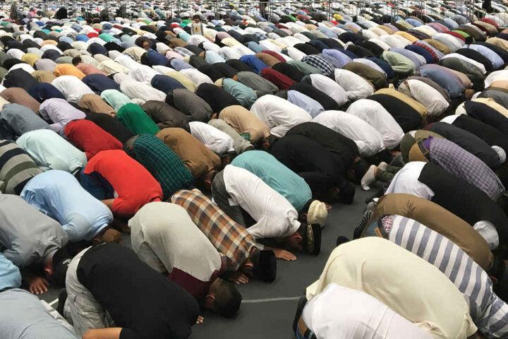 """Mehrmals täglich vollführen gläubige Muslime ihr Gebet, das sogenannte """"Salat"""". Es findet zu festgelegten Zeiten fünfmal am Tag statt."""