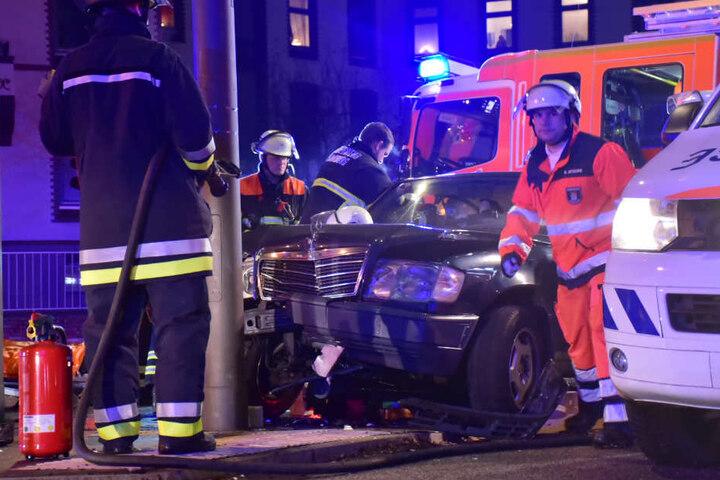 Die Rettungskräfte mussten eine Person aus einem Auto befreien.