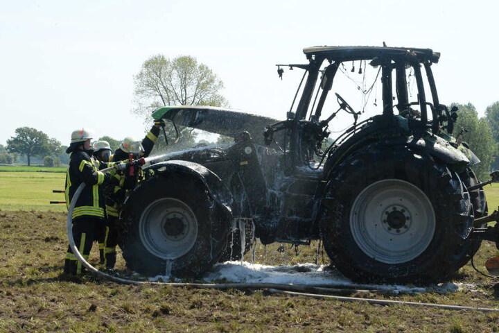 Mit Schaummittel gelang es der Feuerwehr, den Brand zu löschen.