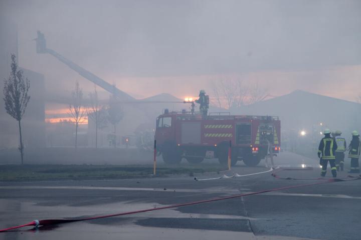 Das Feuer ist mittlerweile unter Kontrolle, aber die Löscharbeiten dauern an.